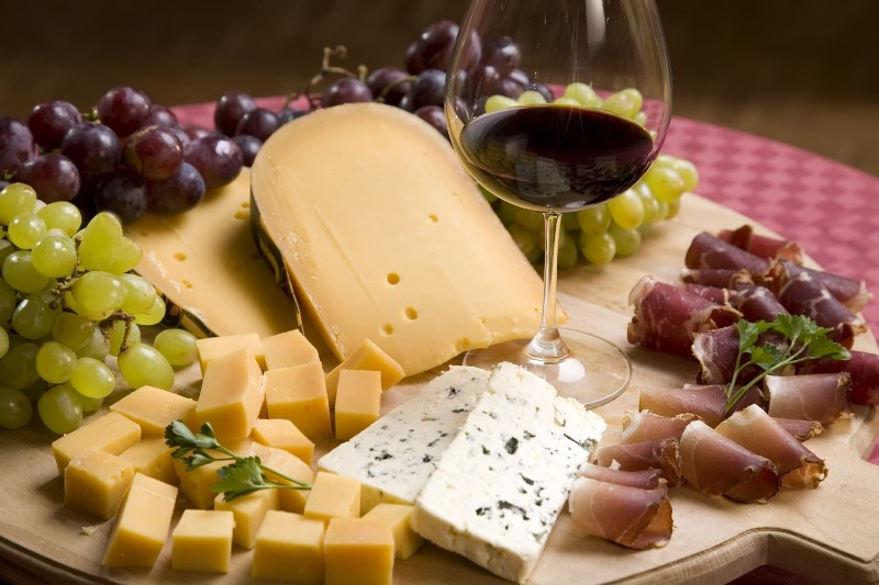 bacon-cheese-grapes-wine-2778397-1698x1131